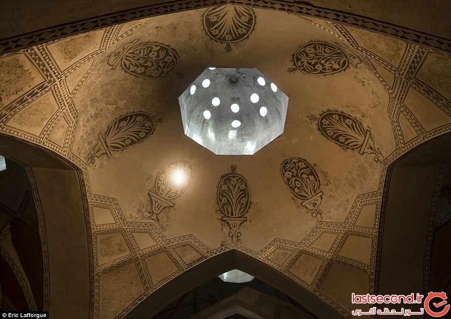 به بالا نگاه کن  ، کلکسیونی از عکس های عکاس فرانسوی از سقف ها در <a href=