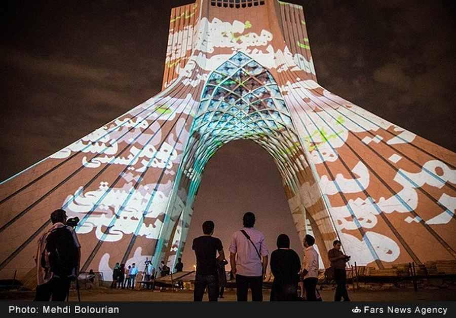 تصاویر زیبا از نورپردازی برج آزادی توسط هنرمند آلمانی
