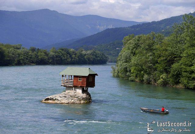 خانه کوچک روی صخره ی رودخانه خروشان